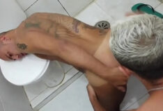 Sexo e mijada com o macho no banheiro