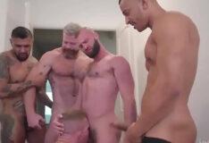 Fazendo gangbang com machos gostosos