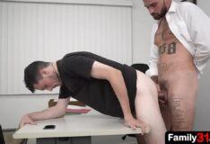 Dando o cu para o macho no trabalho