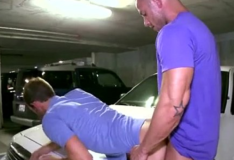 Homens gays transando no estacionamento